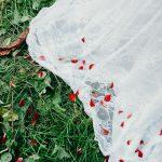 traîne de mariée et pétales de fleurs