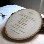 le-menu-grave-sur-rondin-de-bois