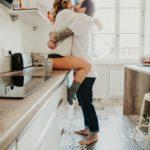 Câlins dans la cuisine