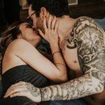 Couple tatoué s'embrassant
