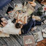 Couple allongé sur un tapis avec des vyniles
