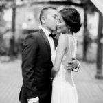 Embrasser la mariée en noir et blanc