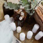 Bougies blanches, cotons et eucalyptus