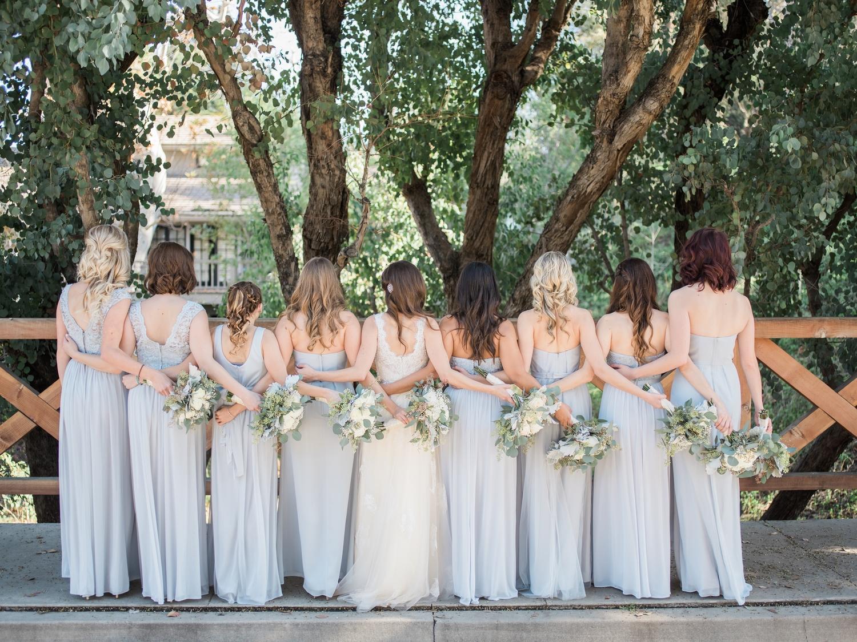 robes-demoiselles-dhonneur-identiques-mariage-differentes-couleurs-la-soeur-de-la-mariee-blog-mariage