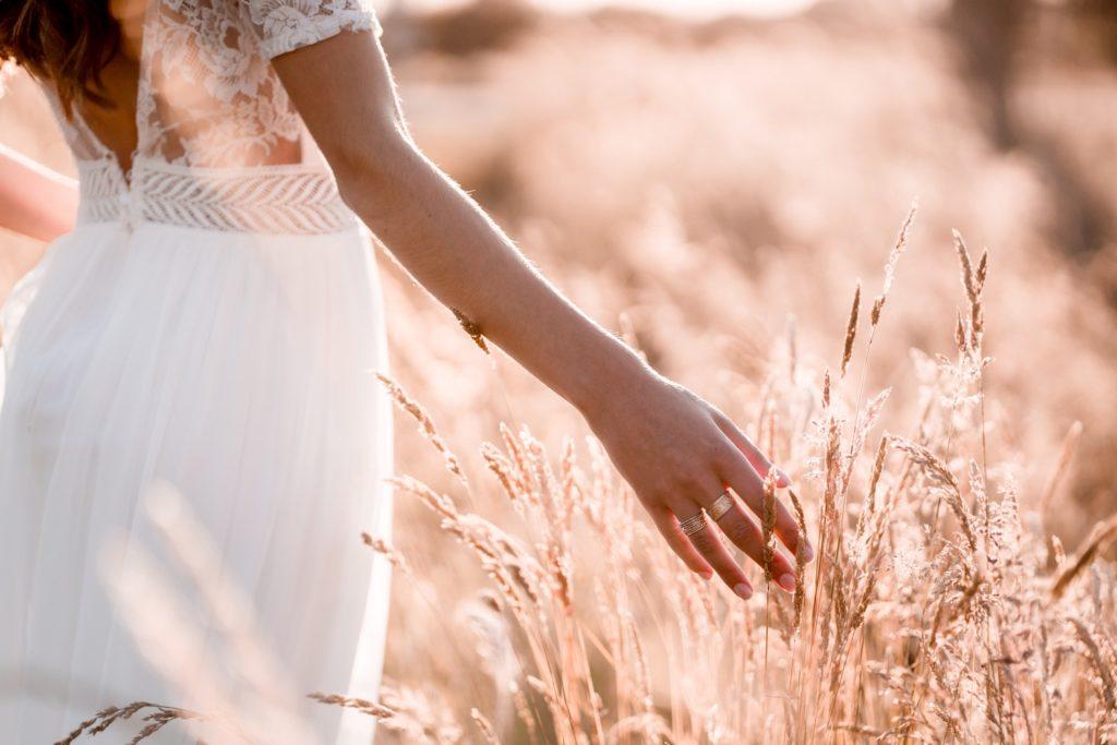 mariée dans un champ