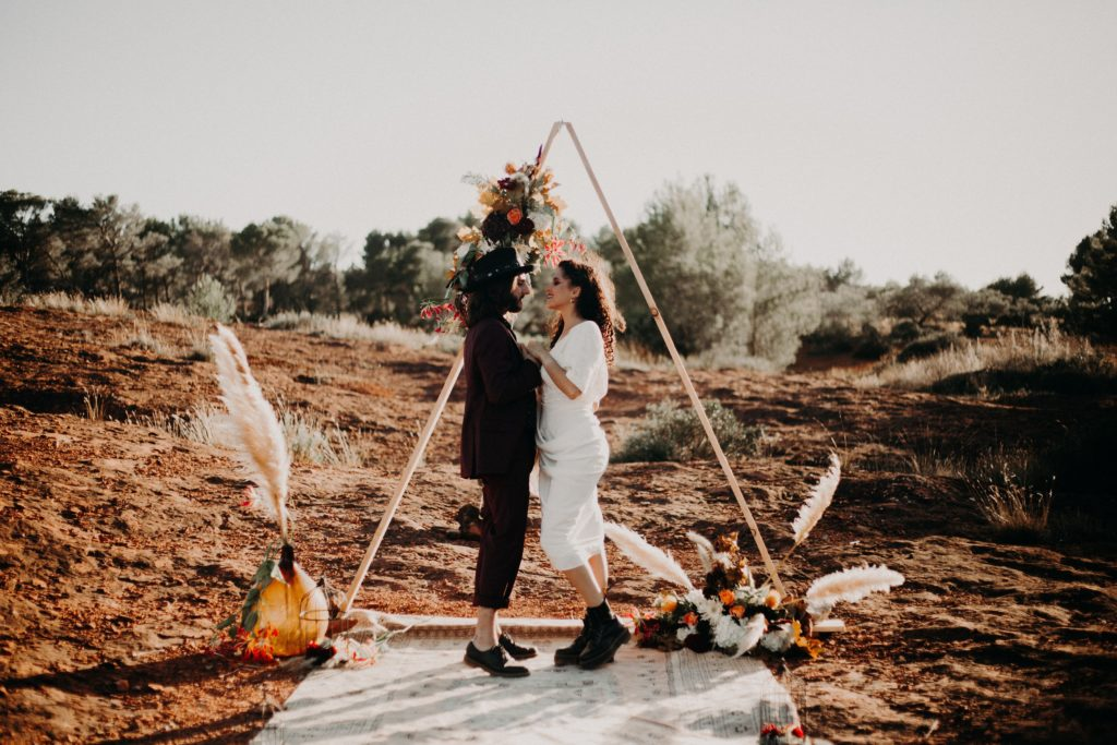 arche-triangulaire-mariage-boheme-rock-provence
